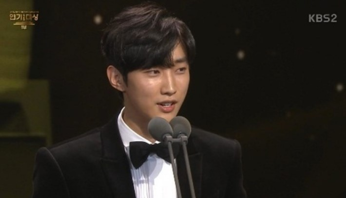 "Best New Actor Award – Sung Hoon (""Five Children"") and Jinyoung (""Moonlight Drawn by Clouds"")"